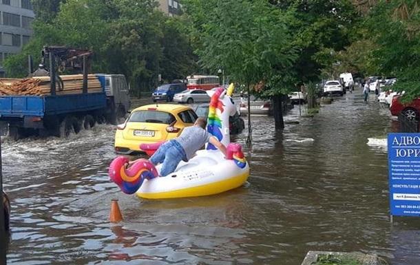 Потоп у Києві: плаваючий єдиноріг і вода в метро