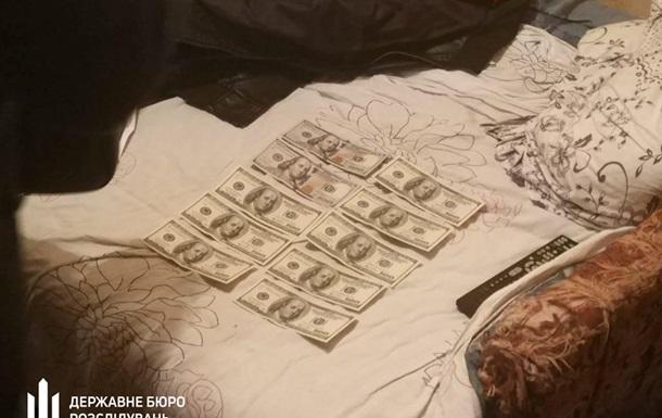 В Киевской области следователь украл пять тысяч долларов вещдока