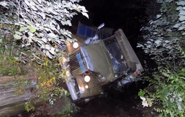 Смертельное ДТП на Закарпатье: грузовик упал в реку