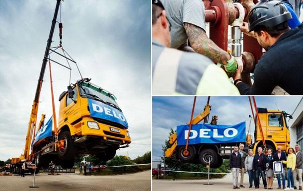Мощнейший клей удержал в воздухе грузовик в 17 тонн