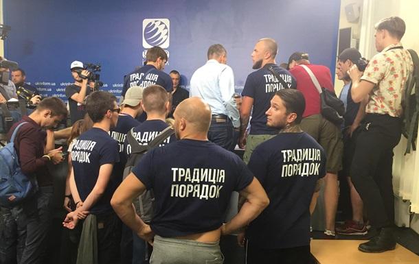 Кандидатов в нардепы забросали яйцами в Киеве