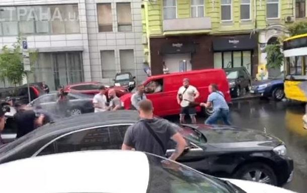 Чоловіка, який стрибнув на капот машини Порошенка, допитала поліція