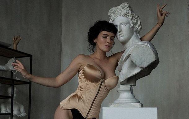 Певица Даша Астафьева позировала в белье возле гипсового бюста