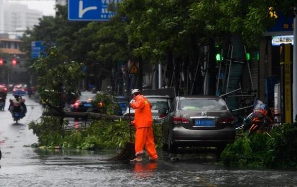На узбережжя Китаю напосідає потужний тайфун