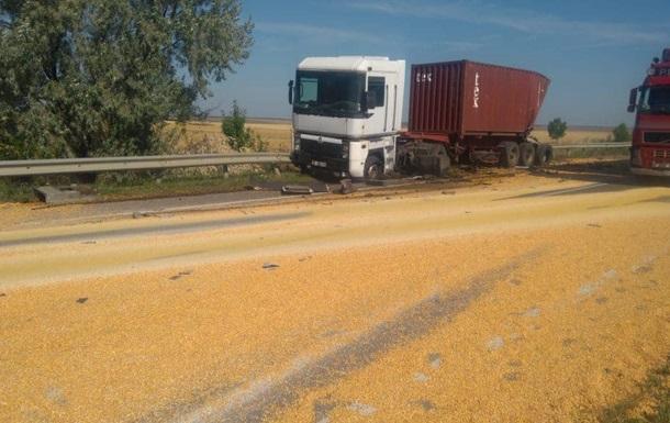 Под Одессой столкнулись грузовики