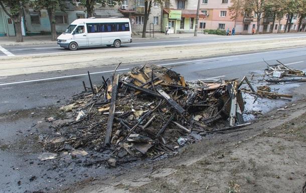 В Днепре водитель КамАЗа выгрузил загоревшийся мусор на дорогу