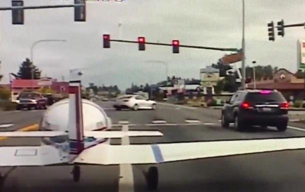 У США літак екстрено сів на жваву трасу