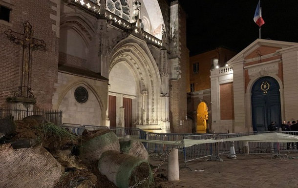 У Франції перед офісом партії Макрона скинули тонни гною