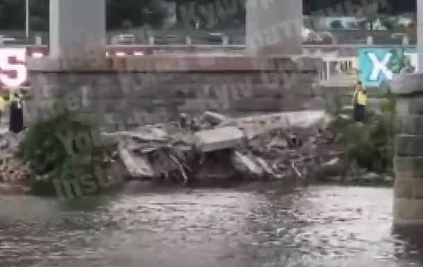 У Києві обвалилася частина пішохідного моста на Труханів острів