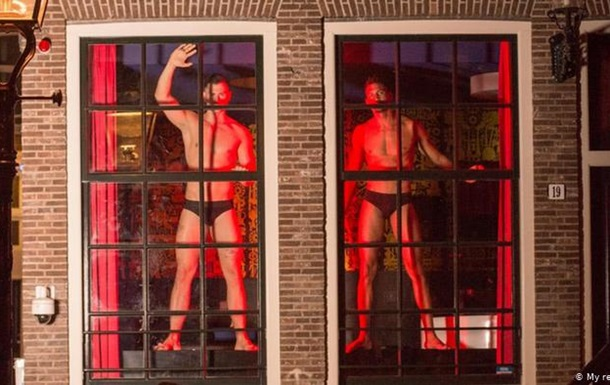 В окнах квартала красных фонарей в Амстердаме появились мужчины