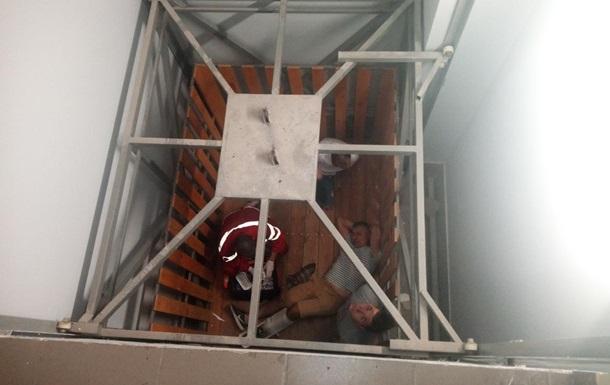 У Кіровоградській області двоє людей постраждали внаслідок падіння ліфта