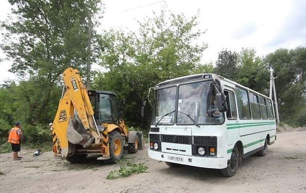 У Львові ремонтують дорогу на цвинтар