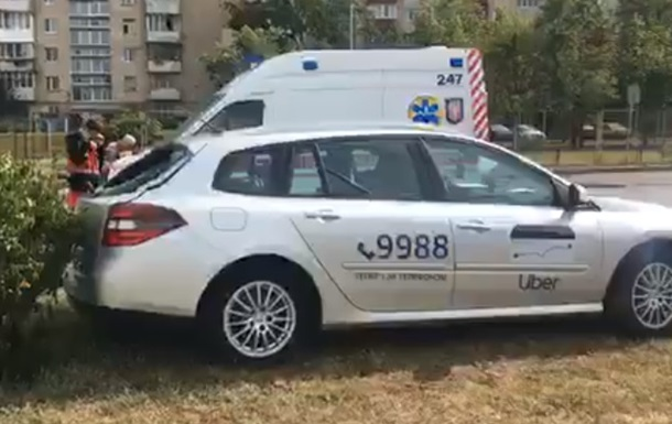 ДТП в Києві: таксі спробувало обігнати  швидку