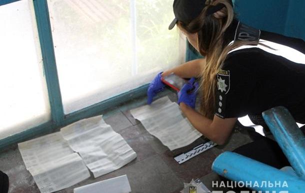 В подъезде пятиэтажки на Донбассе нашли заполненные бюллетени