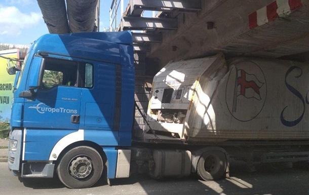 В Одессе фура застряла под мостом