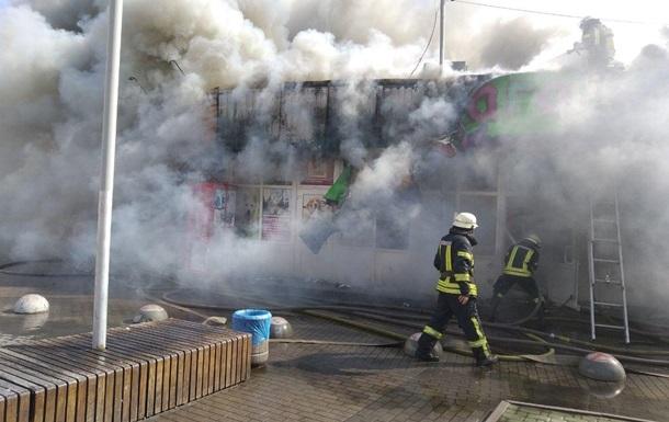 В Киеве крупный пожар на крытом рынке