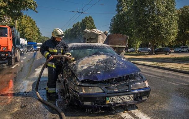 В Днепре авто без водителя загорелось и выкатилось на дорогу