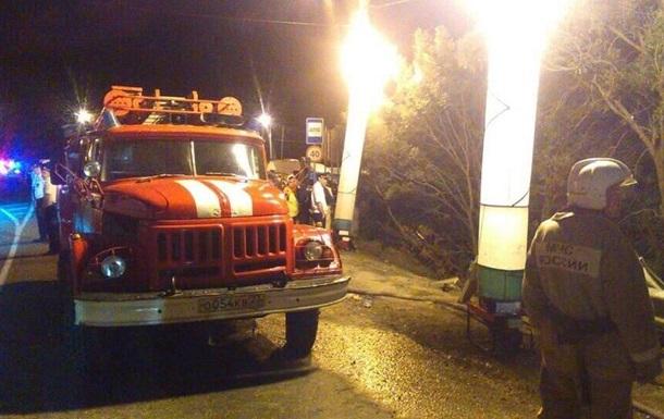 У РФ легковик і автобус після лобового зіткнення впали з обриву