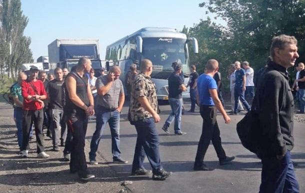 Шахтарі на Донбасі перекрили дорогу, вимагаючи зарплату