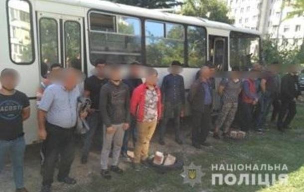 В Киеве на рынке задержали 18 нелегалов из Азербайджана и Узбекистана