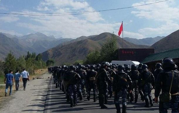 Экс-президента Киргизии привезли в Бишкек, в город движутся его сторонники