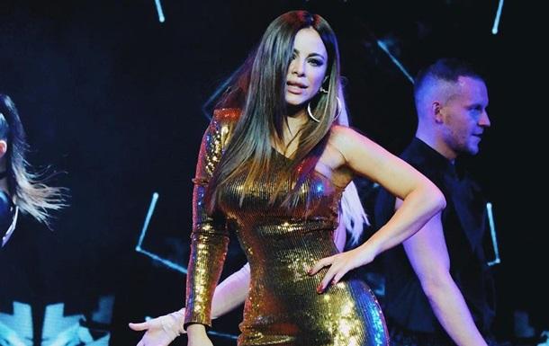 Ани Лррак в золотом платье покорила фанатов