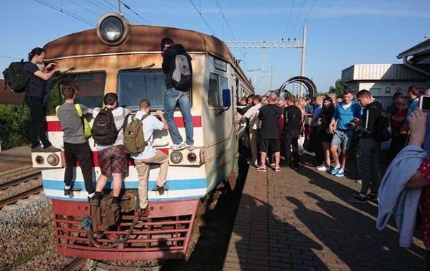 Киевляне вынуждены добираться на работу, цепляясь за электричку