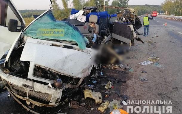 На Полтавщині мікроавтобус потрапив у ДТП, є жертви