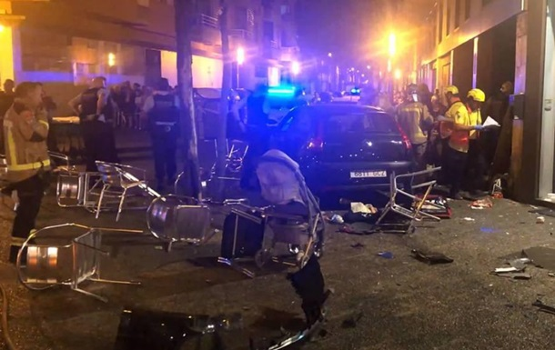 В Іспанії автомобіль в їхав в терасу бару
