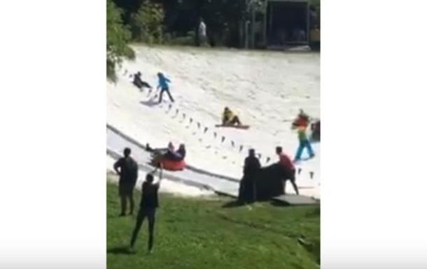 У Києві спека +30: люди катаються на сніговій гірці