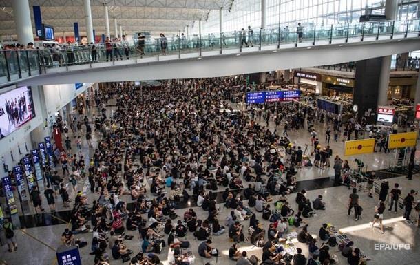 В Гонконге второй день из-за протестов не работает аэропорт