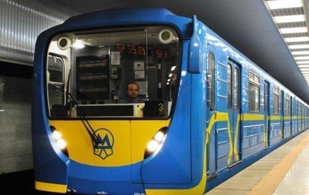 В метро Киева на рельсы упал человек
