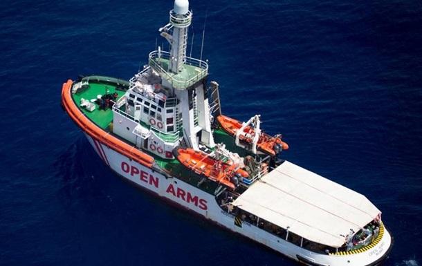 Суд дозволив судну з біженцями зайти в італійські води