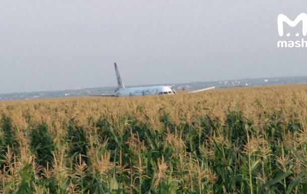 Появилось видео жесткой посадки А-321 в поле