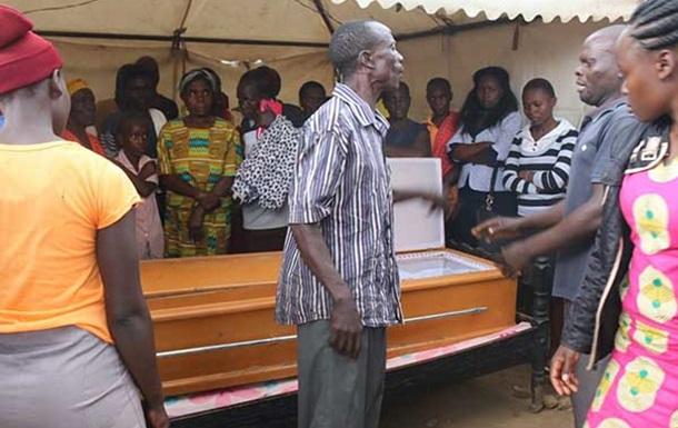 Кенийца выкопали из могилы, чтобы снять с него униформу