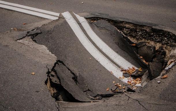 В урядовому кварталі Києва провалився асфальт