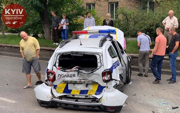 У Києві позашляховик врізався в машину патрульних