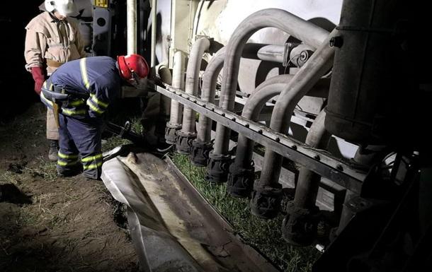 На Київщині перекинувся бензовоз, стався витік палива