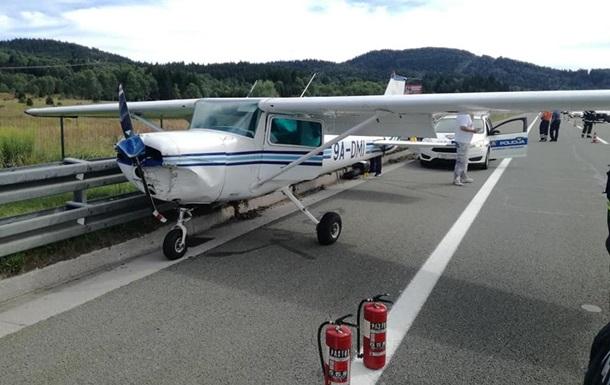 В Хорватии самолет совершил аварийную посадку на трассе