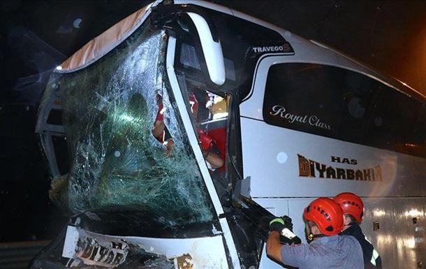 У Туреччині автобус врізався у вантажівку: 37 постраждалих