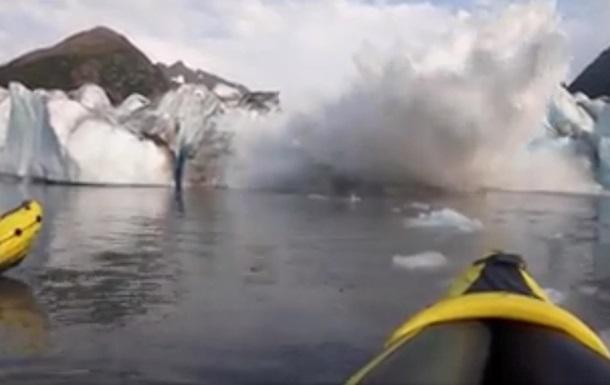 Туристы сняли на видео, как рядом с ними обрушился ледник