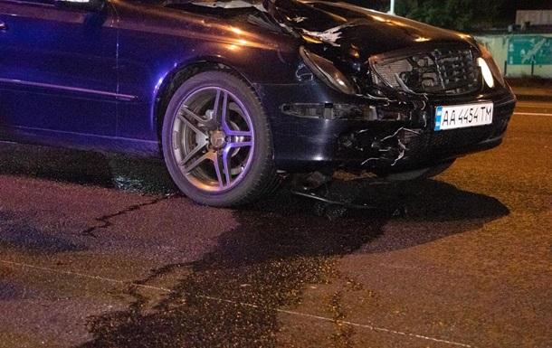 У Києві водій Mercedes збив на смерть дівчину і втік