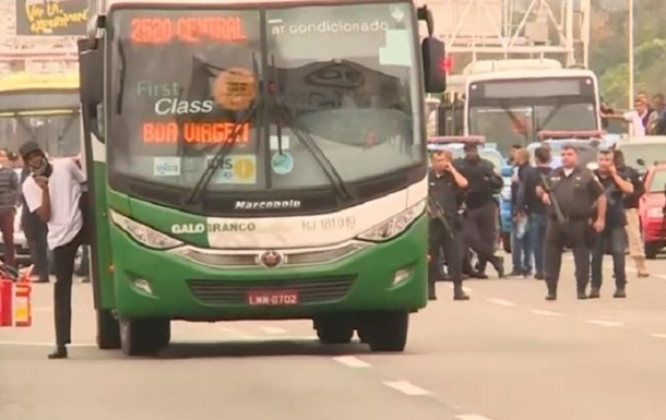 Вооруженный мужчина взял в заложники пассажиров автобуса в Бразилии