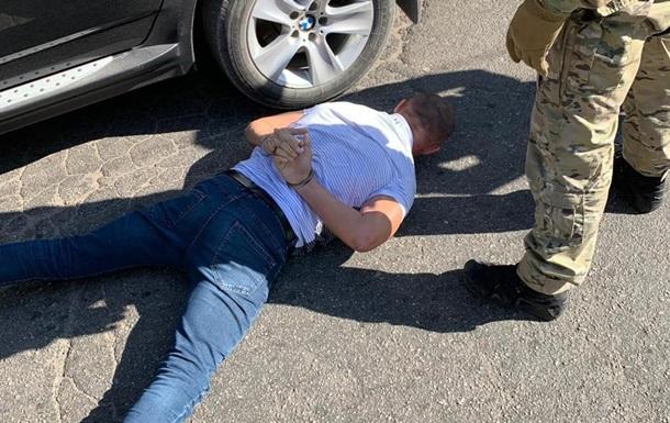 ДБР зі спецназом затримала співробітника СБУ, який побив чоловіка в кафе