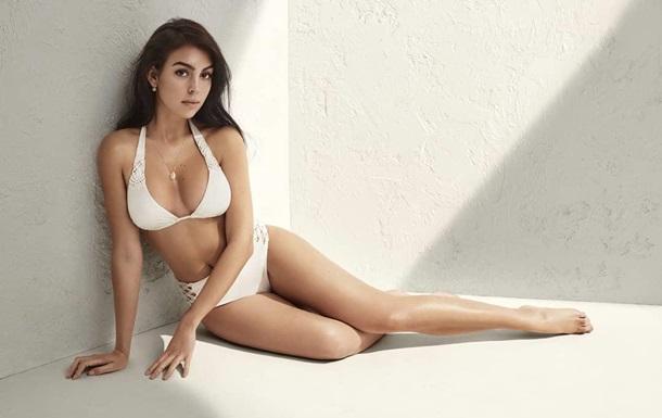 Возлюбленная Криштиану Роналду снялась в скандальной рекламе белья