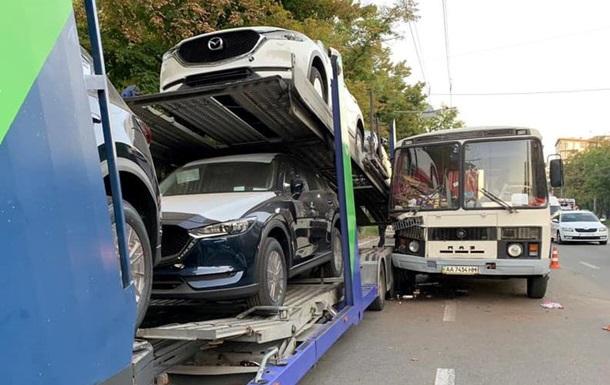 У Києві автобус врізався в автовоз з новими машинами