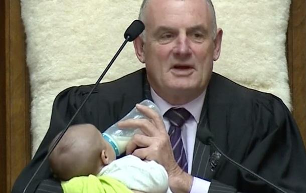 Спікер парламенту на засіданні годував дитину одного з депутатів