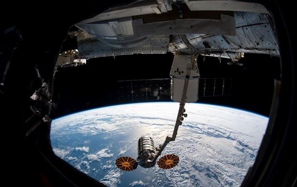 NASA показали астронавта в открытом космосе