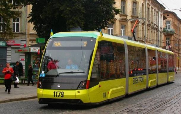 Во Львове устанавливают рекорд Украины по перетягиванию трамваев
