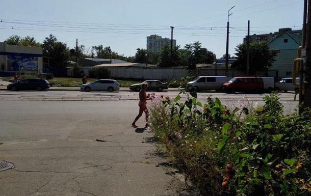 В Киеве женщина гуляла по улицам в обнаженном виде